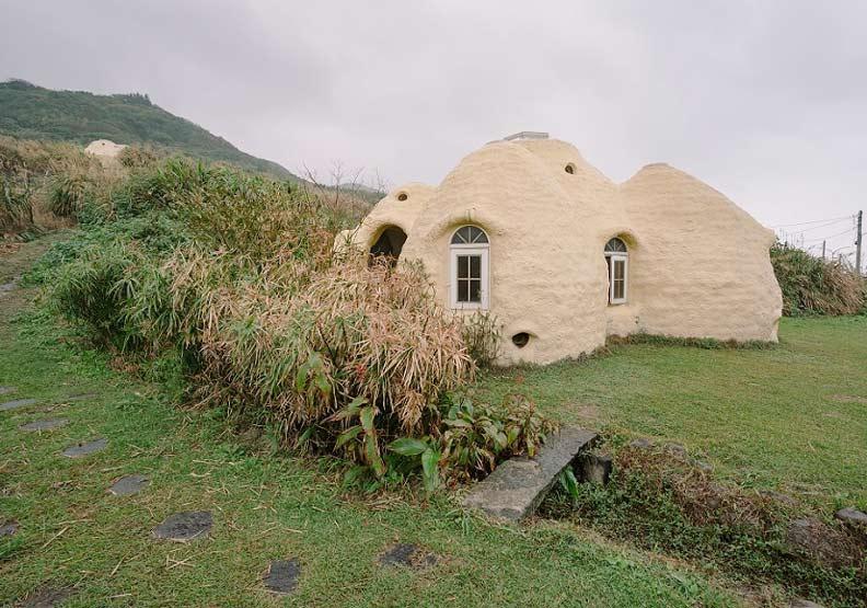 矗立在山腳下的度咕屋,造型吸睛,經常有路過的行人好奇造訪。