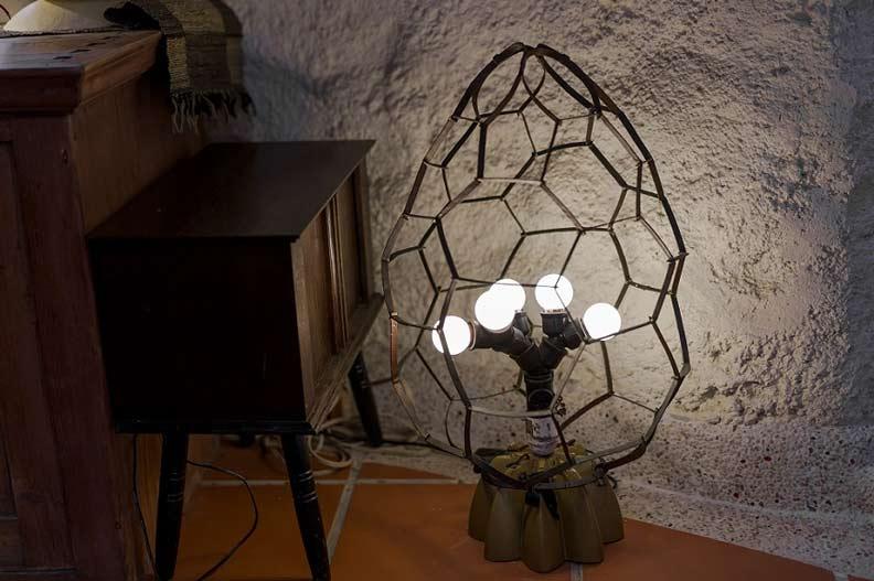 這座燈具以海龜殼和產卵的意象打造,蘊含對海洋生態環保的關注。