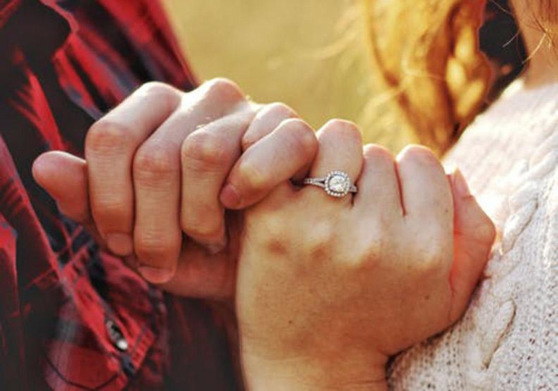 失去了火花,少了表達愛的互動是婚姻危機前兆。取自pexels