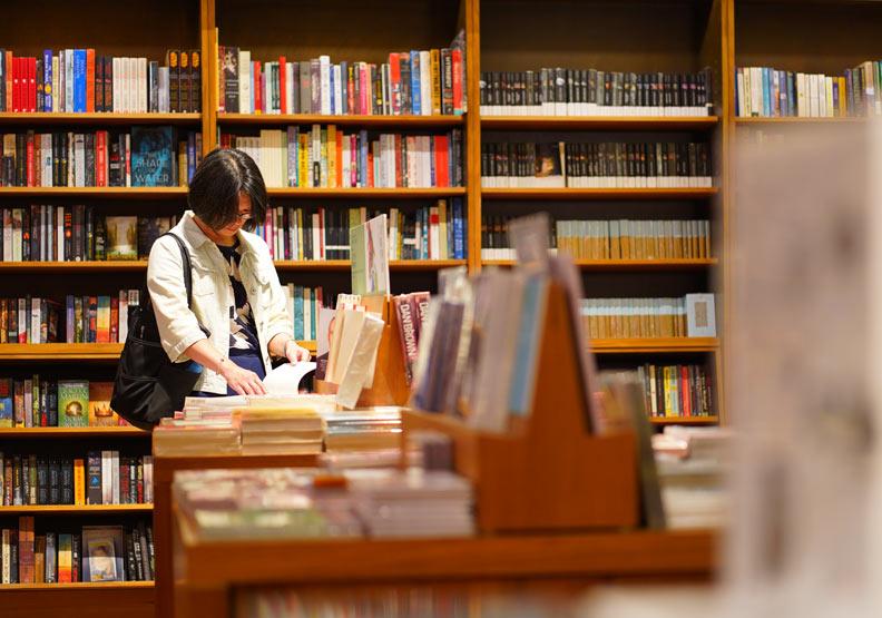 近幾年台灣圖書館的電子書閱讀人口也持續上升,紙本借閱也同時上漲。