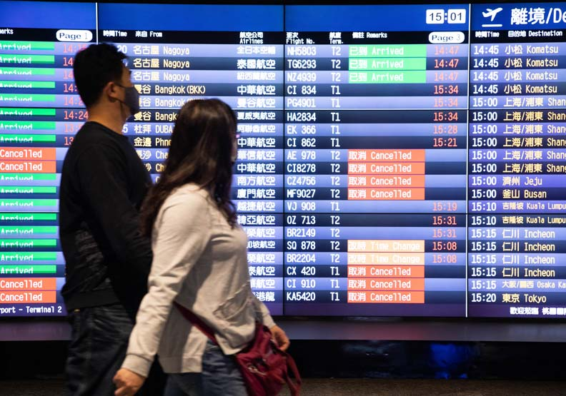 觀光及航運業受創最重,大量航班都受疫情影響而取消。
