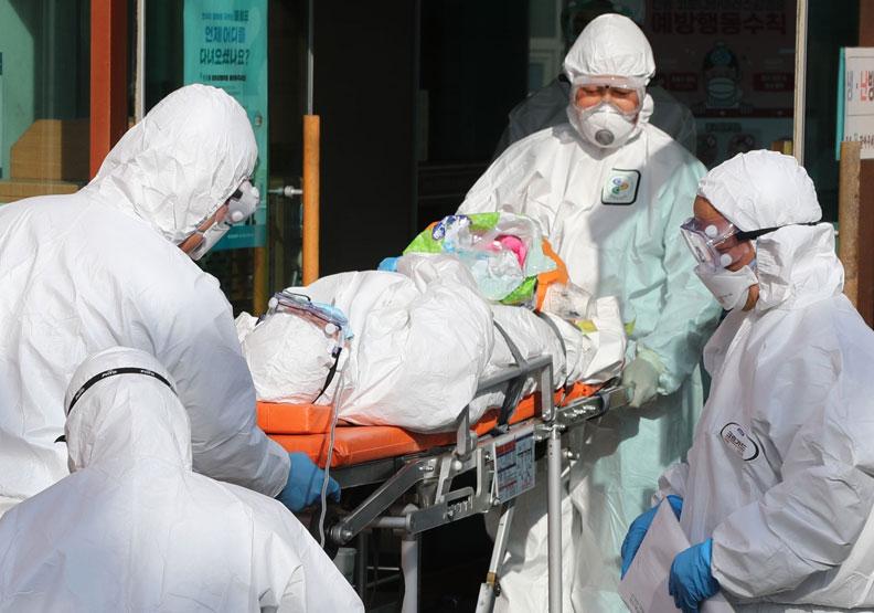 穿脫防護衣,對醫護人員來說其實相當不便。僅為情境配圖,圖片來自Shutterstock