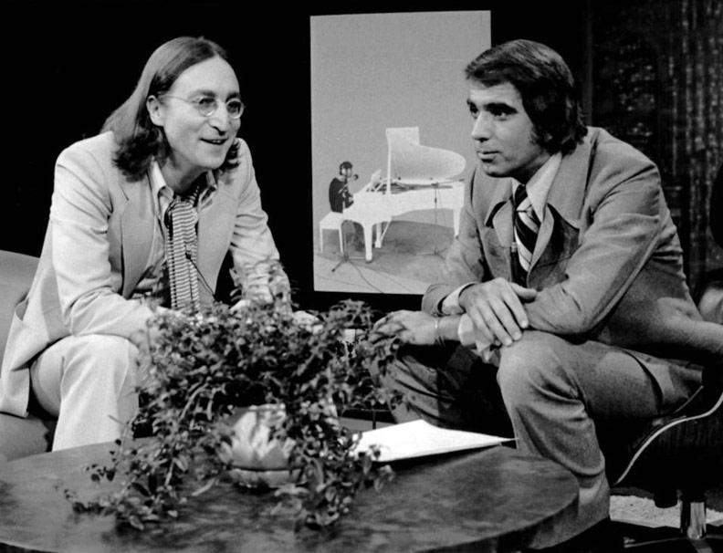 約翰.藍儂和《明日》節目的主持人湯姆.辛德。這期節目於1975年播出,這是藍儂生前的最後一次電視採訪。