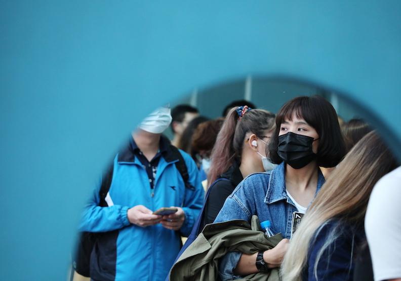 受新冠肺炎影響,戴口罩成為台灣人生活的常態。蘇義傑攝