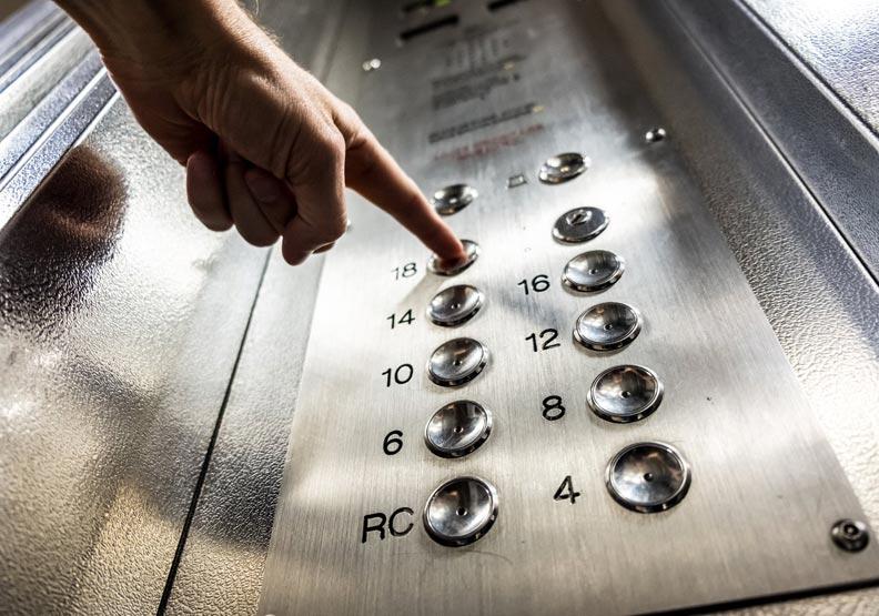 大家嫌電梯慢,換個角度看竟就有解決方案。圖片來自pexels
