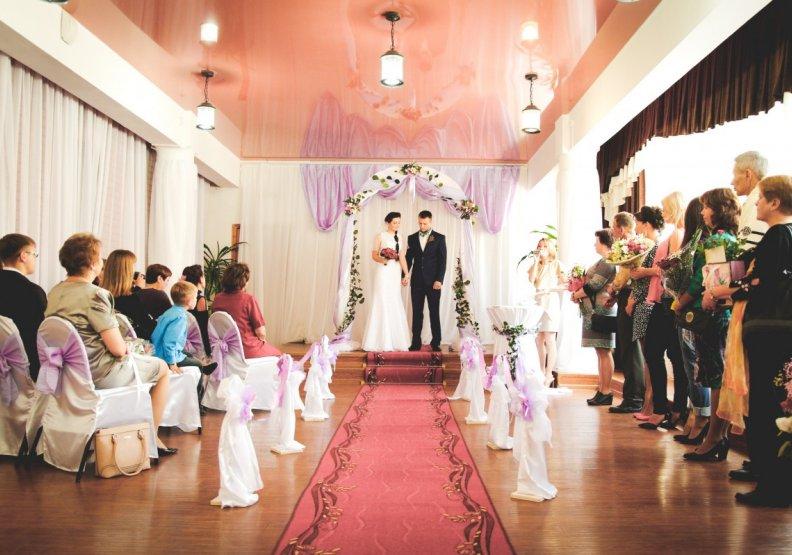 受疫情影響,不少婚宴被迫取消,也衝擊到新人結婚的意願,僅為情境配圖。圖片來自pxhere