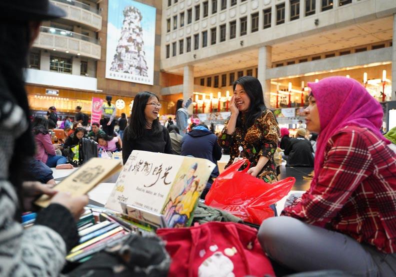台北車站是熱門的移工聚會及活動地點。