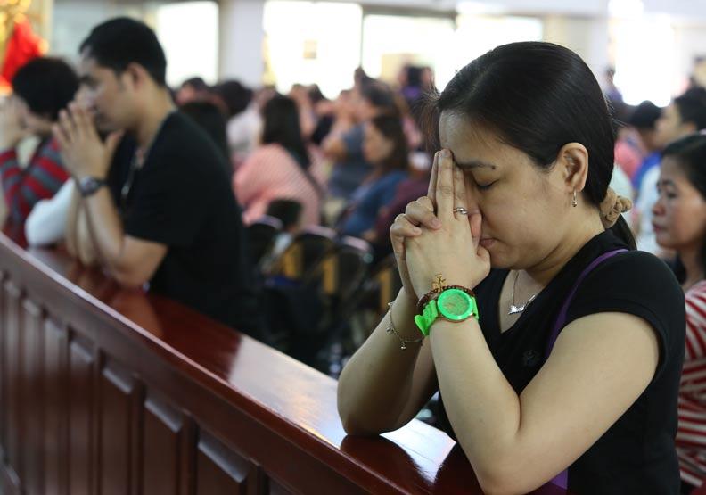 天主教會新竹教區神父昨配合新竹市府關懷移工行程,前往移工宿舍為移工禱告。