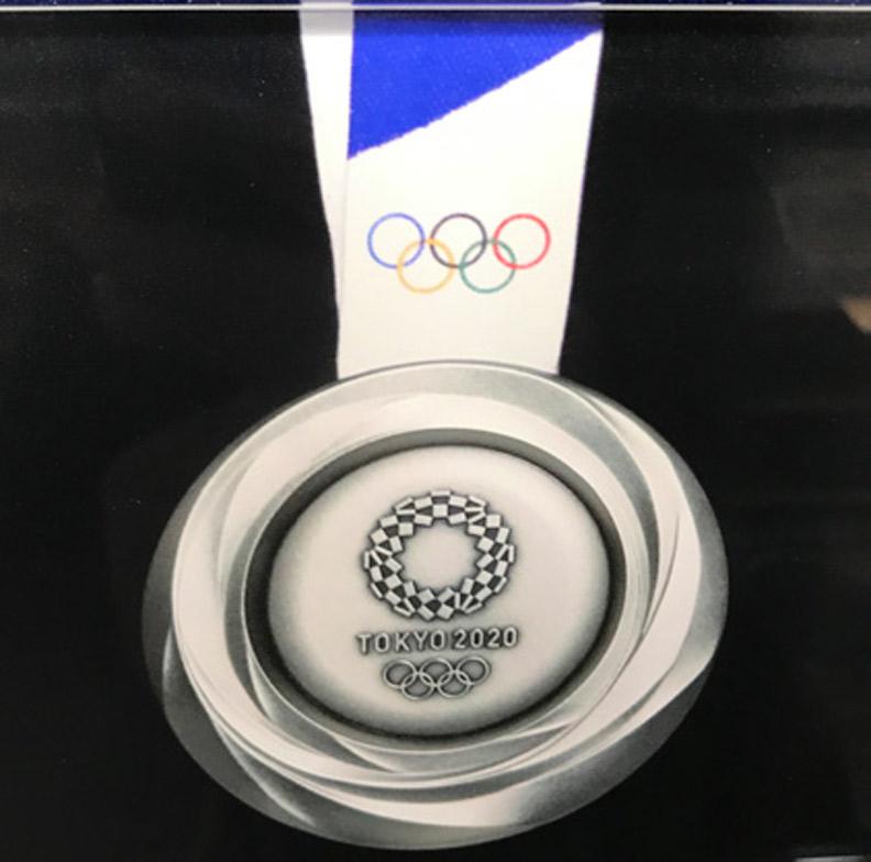 2020 年東京奧運會銀牌, 直徑8.5 公分, 重量550 公克。(攝自日本奧林匹克博物館)
