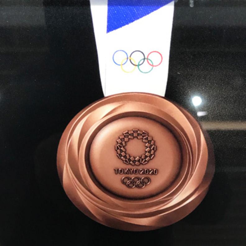 2020 年東京奧運會獎牌,無論在面積和重量上都創下歷屆奧運之冠。圖為東京奧運銅牌。(攝自日本奧林匹克博物館)
