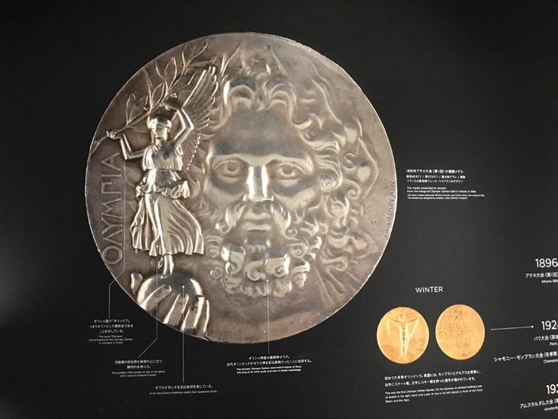 1896 年第一屆雅典奧運會,獲得冠軍頒的是銀牌而非金牌。圖為當年獎牌的正面設計。劉善群攝