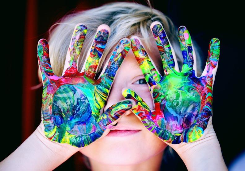 不論慣用左手或右手,父母應該讓孩子用最發達的腦去做事才會事半功倍。(取自pexels)