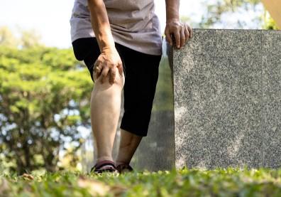 蹲下去站不起來,退化性關節炎一定要換人工膝關節嗎?醫師圖解