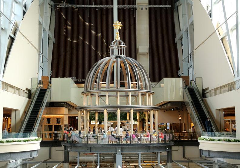 京站小碧潭店以南法普羅旺斯為構想,並打造挑高30米、總高15米的裝置藝術「晨曦之光」。