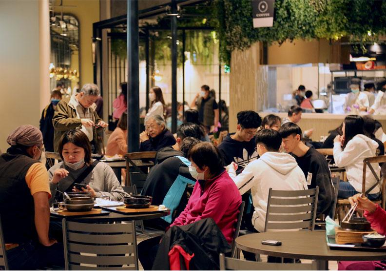 京站小碧潭店開放美食街。