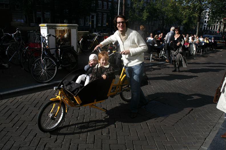 荷蘭民眾習慣以單車做為主要交通工具,值得同樣地小人稠的台灣城市學習。