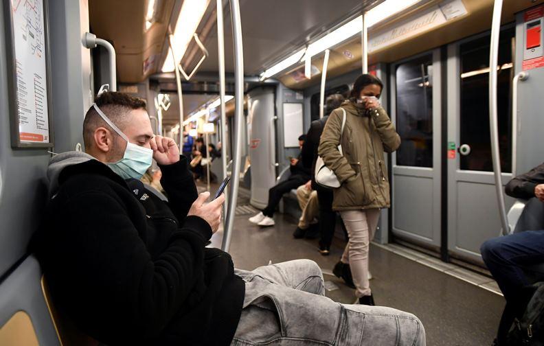義大利疫情急速攀升,戴口罩的人才慢慢變多。(圖片來源:達志影像)