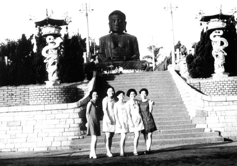 在地標景點八卦山大佛前合影,是早期許多人的共同回憶。彰化文化局提供