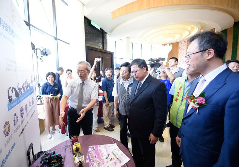 桃園市長鄭文燦(右2)和資科局長陳崗熒(右1)一同參觀廠商的展出。