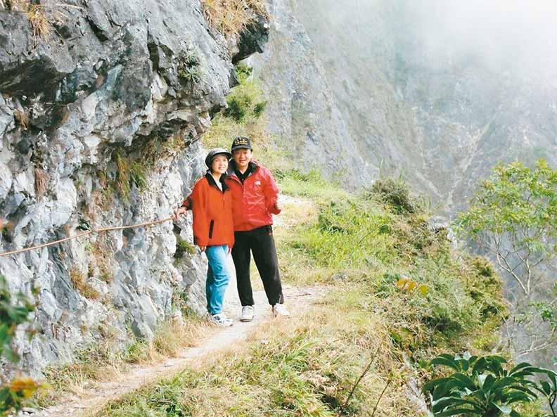 太太張媚(左)是葉金川的最佳夥伴,常相伴健走、玩樂;葉金川提供。