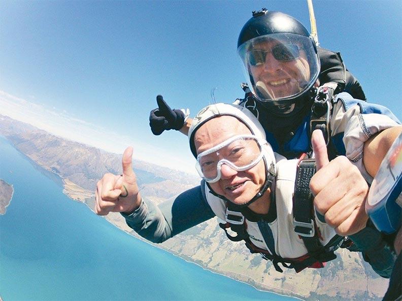 葉金川體驗高空跳傘,在高空上留下他愛玩、敢玩的足跡;董氏基金會提供。