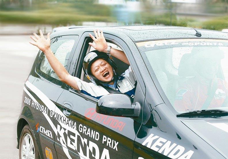 葉老大雖不玩車,但還是玩心不減來一場賽車體驗;取自聯合新聞網。