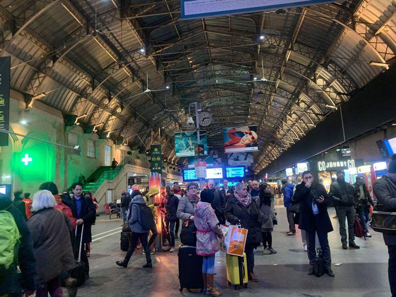 法國疫情逐步升溫,但街上跟車站還是很少看到戴口罩的人。(攝影:趙偉婷)
