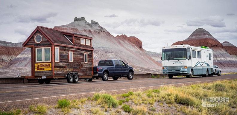 住在可移動的迷你小屋裡,把家帶上路,想去哪就去哪。出自wiki