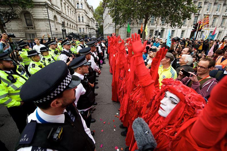 反抗滅絕的示威手法充滿視覺震撼,經常攻佔媒體版面。(圖片來源:反抗滅絕臉書)