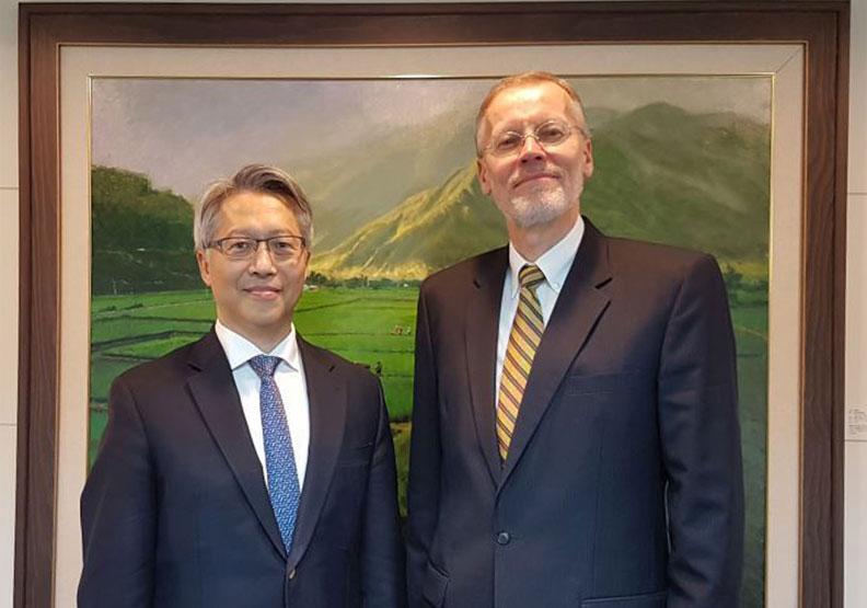 現任AIT處長酈英傑(右)與中研院學者合影。圖片來自AIT臉書