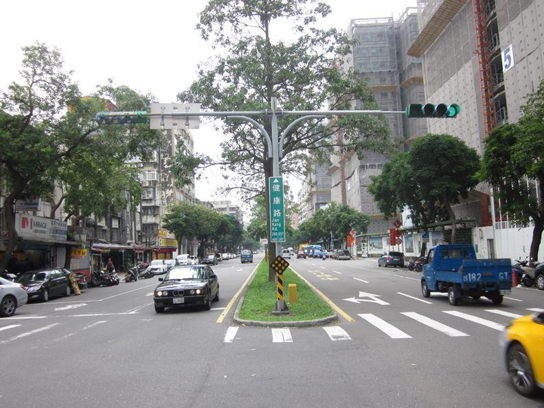 5G需要的大量基地台和基礎建設,往後極可能透過「智慧路燈」搭載。(圖片取自台北市政府)