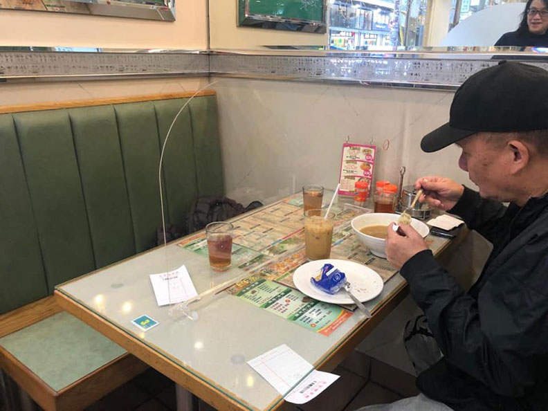 香港一間茶餐廳在陌生客人之間設有塑膠隔板隔開,是餐廳可仿效的作法之一;取自PLAY HARD玩硬臉書社團。