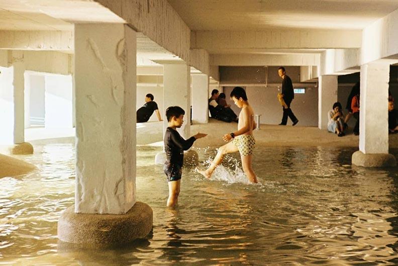 孩子們在廊道玩水,非常愜意。圖片來源:IG_cyt0220
