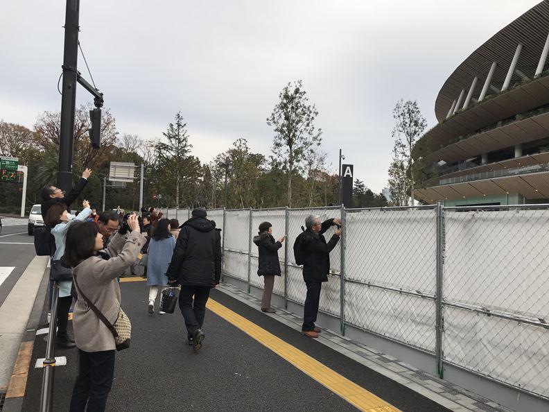 東京新國立競技場未開放前,每天就能吸引大批遊客前往拍照,2020 年東京奧運熱潮可以預見。(攝影/劉善群)