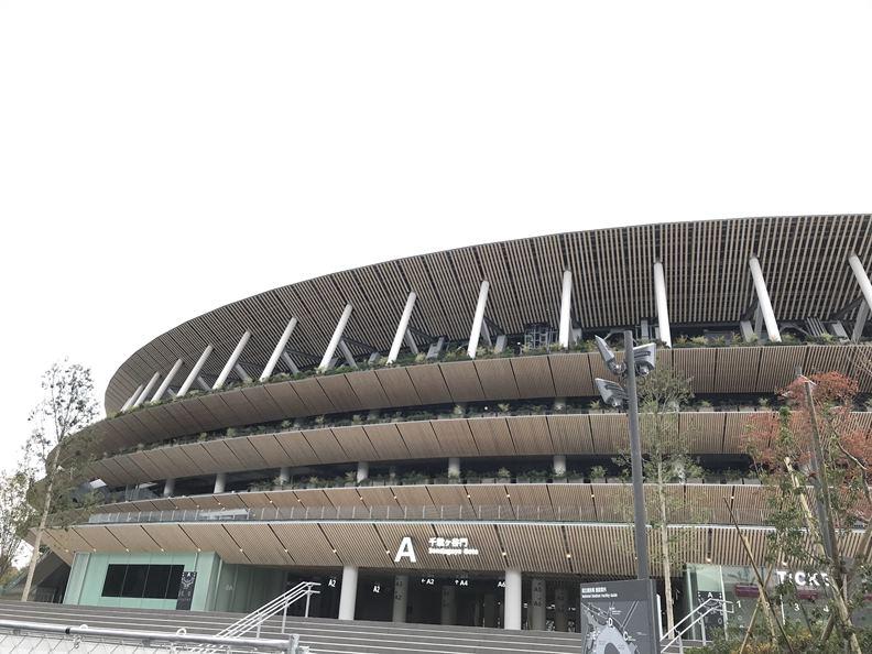 新國立競技場外觀以條形木質建材做成屋簷重疊的設計,是從奈良五重塔法隆寺從下向上看得到的靈感。(攝影/劉善群)