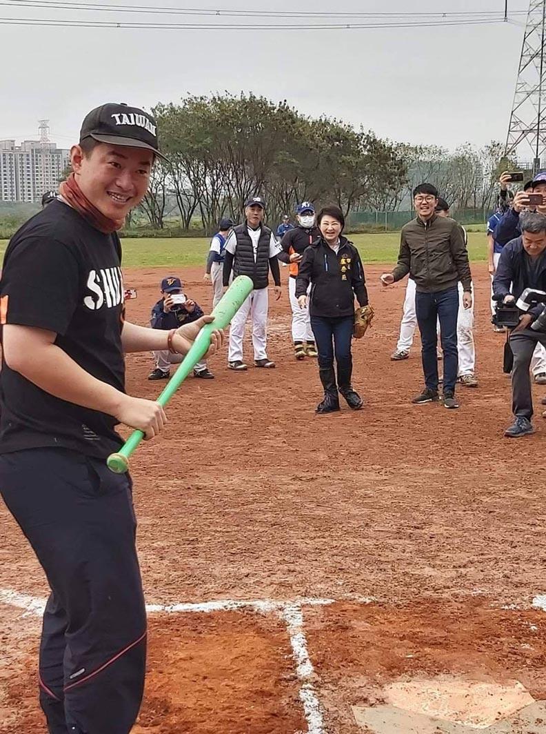 陳柏惟喜歡打棒球,日前他在彰化大肚溪那舉辦全國媒體盃的活動,台中市長盧秀燕(中)也有出席。圖片取自陳柏惟粉專