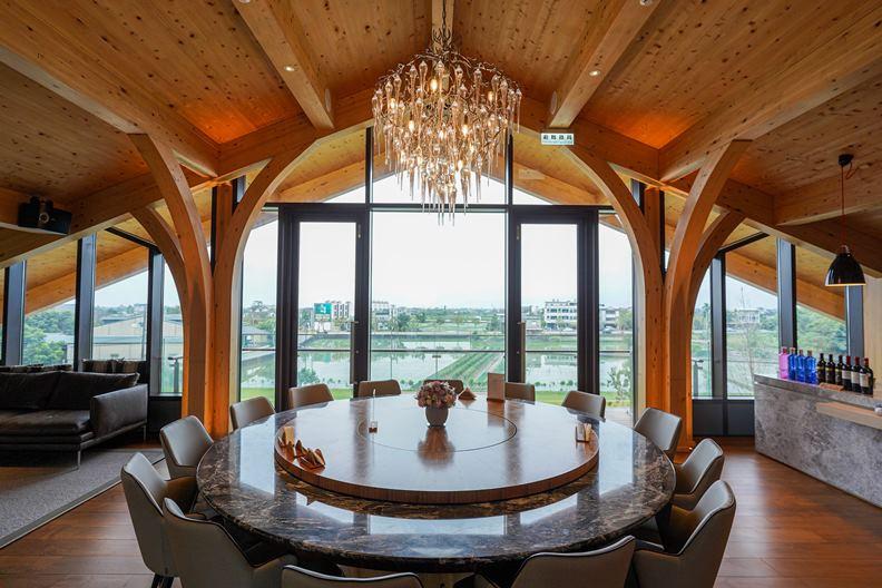 從3樓的「嵐翠樓」包廂,可遠眺蘭陽平原的如詩美景。