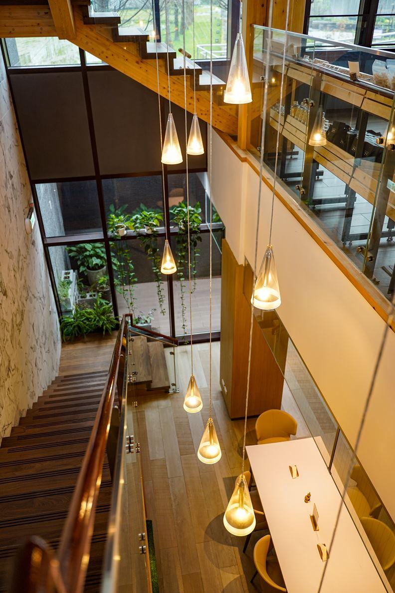 天然建材打造的溫馨室內空間,不僅大量削減碳足跡,更賦予人們極佳的放鬆感。