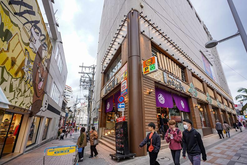 萬種風情的國際通商圈不只吸引外國客,日本本島居民也愛逛。