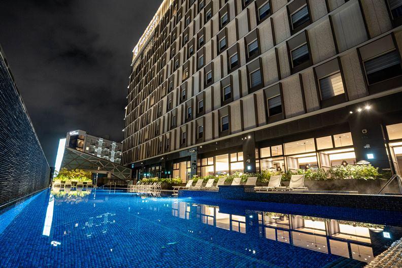 蓋在寸土寸金的國際通商圈內,嘉新飯店打造別緻的小教堂與戶外游泳池,在當地成為話題。