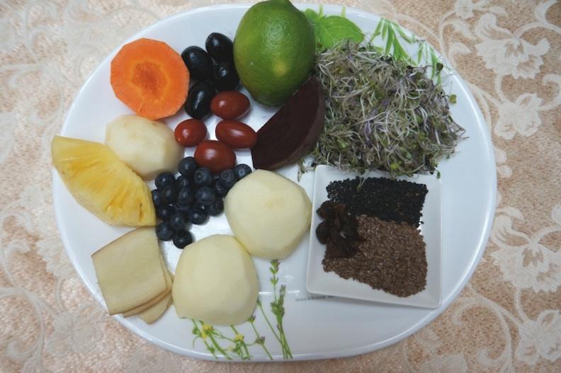早餐蔬果汁的材料。