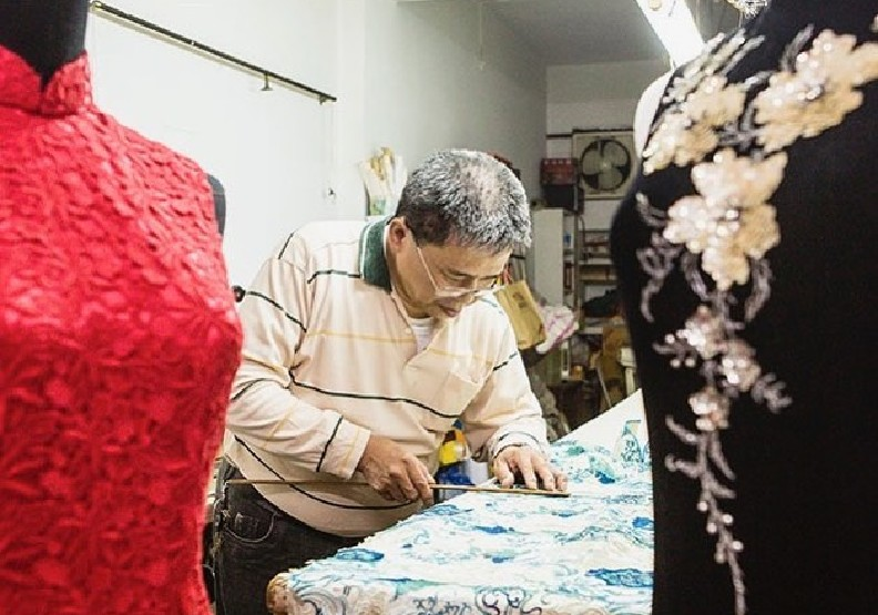 陳忠信的精緻做工,最喜歡幫新娘做禮服,並樂於接受劇服挑戰。圖片來源:dadaocheng_co