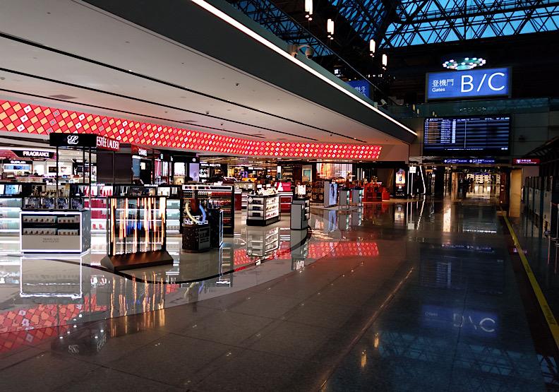 疫情影響加上出入境管制,最近免稅商店區常出現「店員比顧客多」的奇景。(圖片來源:towardsky)