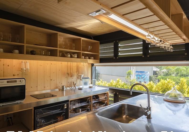 ↑廚房區也以大窗引入光線與戶外景色,小居家也有開放感。劉煜仕攝