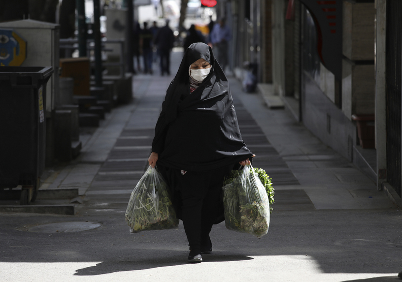 為了防疫,許多人利用僅有的出門時間存糧