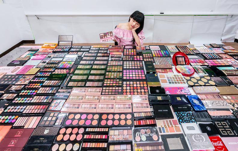 去年林藝在網路上募集二手彩妝,凸顯過度消費和塑膠垃圾帶來的環境危機。(圖片取自寶島淨鄉團臉書)