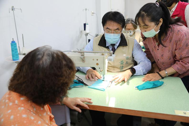 黃偉哲日前到台南市服飾設計職業工會拜會,感謝義務製作布口罩套的善舉。(圖片取自台南市政府)