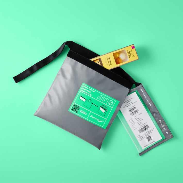 循環包裝袋由廢棄寶特瓶回收製成,大小不同,可容納不同體積的商品。取自配客嘉