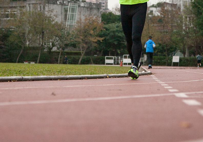 正確走路才能真正走出健康!繞操場順逆時鐘圈數要平均