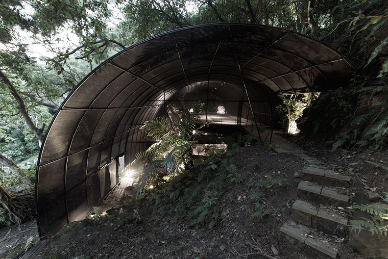 這天拜訪的「少少原始感覺研究室」,呈現一個彷如農業溫室、與周遭地景交融的多層次空間。(圖片提供:自然洋行)